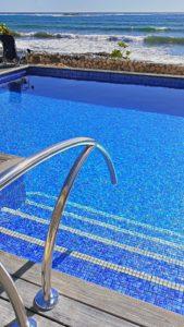 El mosaico vítreo, protagonista enb el diseño de la piscina